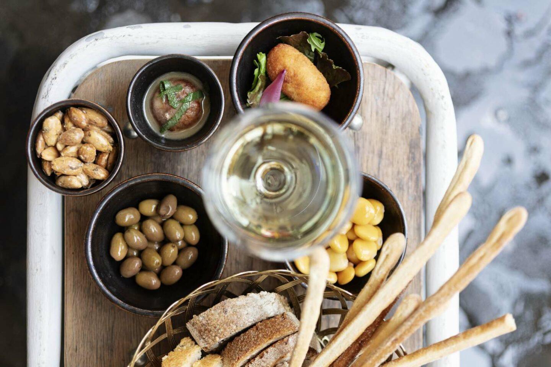 aperitivo con calice di vino e snack