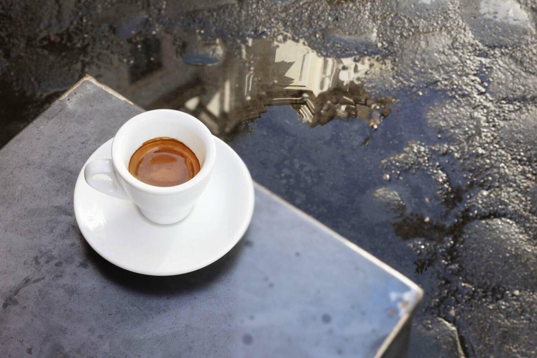 tavolo esterno con tazzina di caffè
