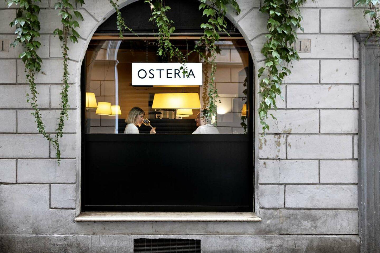 vetrata esterna la quercia osteria con coppia al tavolo coppia che mangia