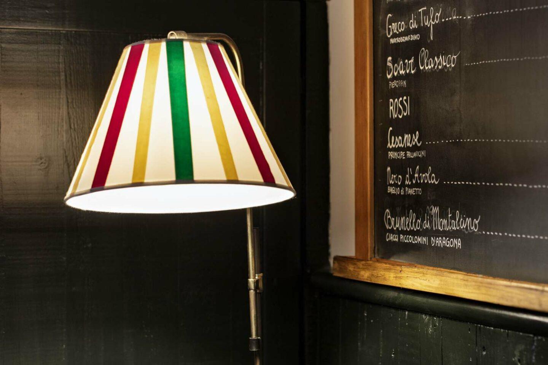 lavagna con menu vini e lampada accesa
