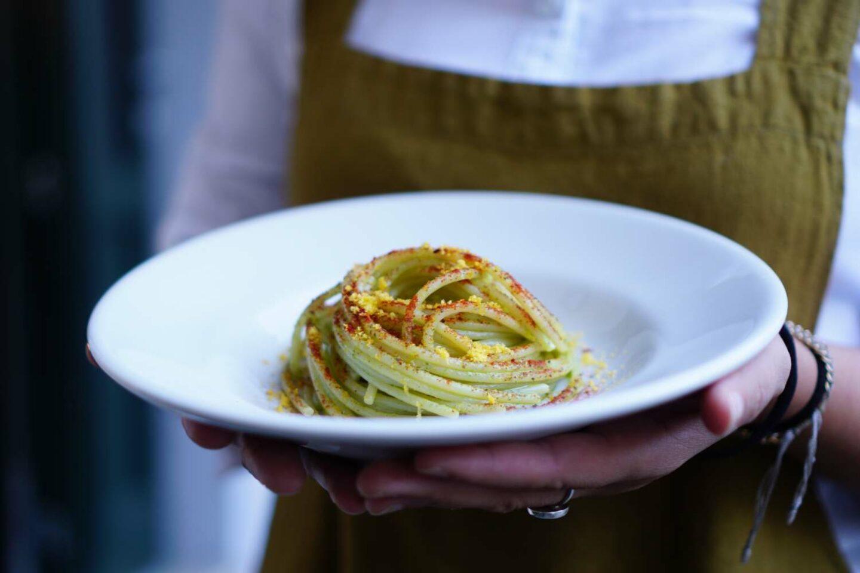piatto fondo bianco con spaghetti