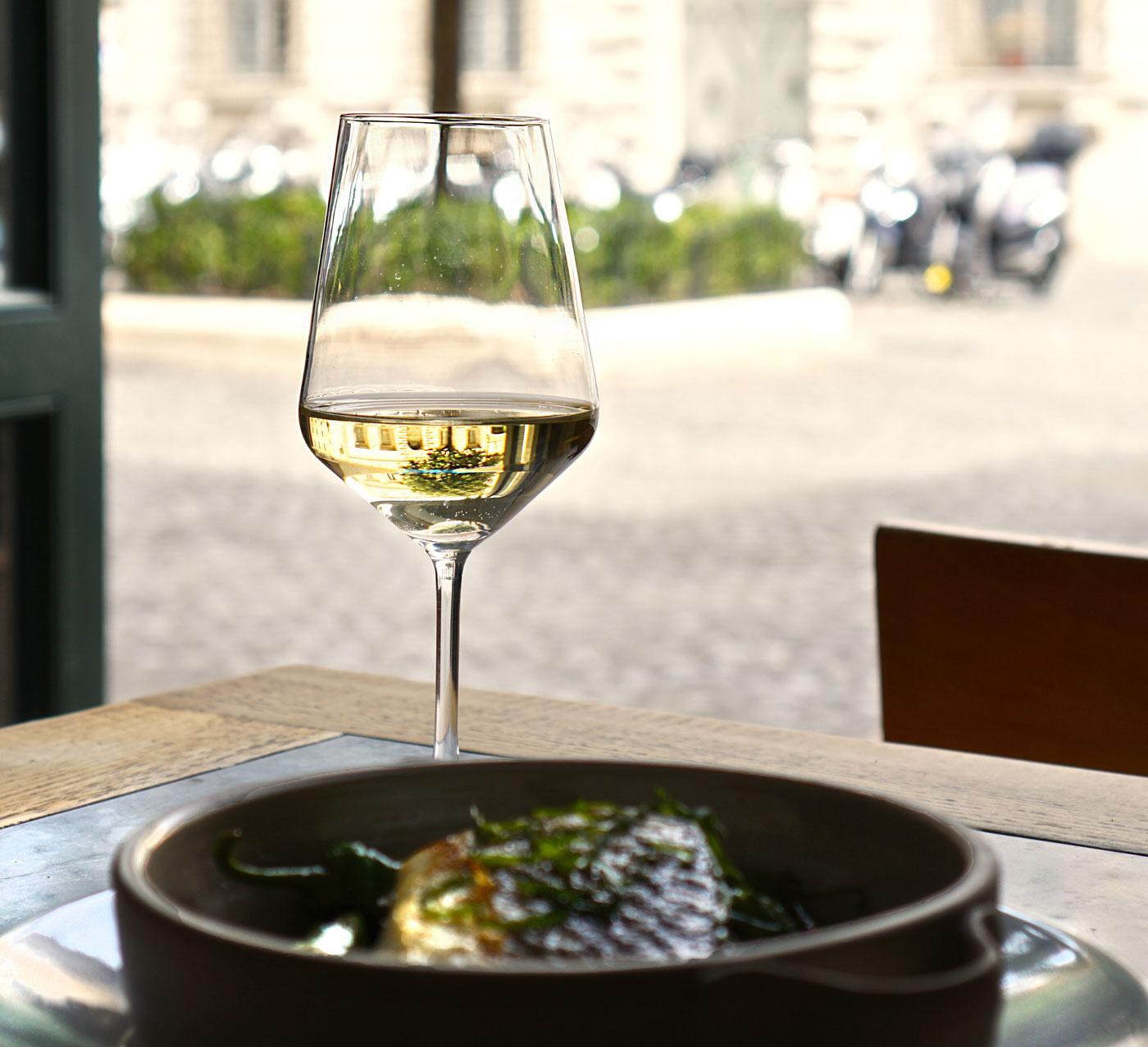 bicchiere di vino con vista su piazza
