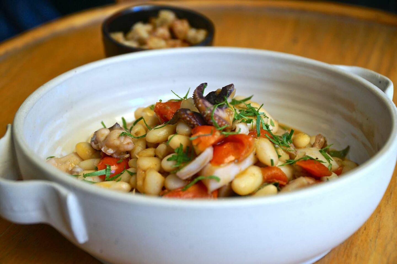 ciotola bianca con minestra di legumi